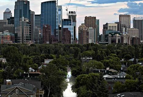 Calgaryn keskusta siintä taustalla, kun tulvavesi on valloittanut esikaupunkia.