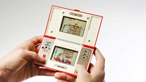 Sanoma Media Finlandilla kehitteillä oleva peli on yrityksen debyytti mobiilimarkkinoilla. Teos ei kuitenkaan ole Aku Ankan ensimmäinen pyrähdys taskuihin. Äkkipikainen kääkättäjä nähtiin jo 1980-luvulla tässä kaksinäyttöisessä taskukokoisessa elektroniikkapelissä.