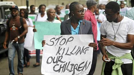 Siepattujen nigerialaistyttöjen vanhemmat osoittivat torstaina mieltään nopeampien etsintöjen puolesta Lagosissa.