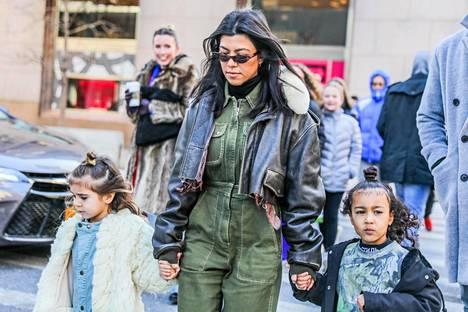 Yksityisyydestään tarkka Kourtney Kardashian tyttärensä Penelope Disickin ja Kim Kardashianin tyttären North Westin kanssa.