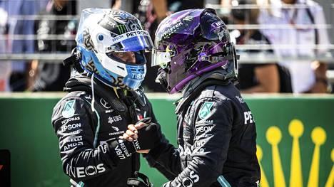 Lewis Hamilton onnitteli Valtteri Bottasta Itävallan GP:n päätyttyä.