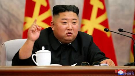 Pohjois-Korean johtaja Kim Jong-un puhui Korean työväenpuolueen keskussotilaskomitean kokouksessa. Uutistoimisto KCNA julkaisi kuvan 23. toukokuuta 2020.