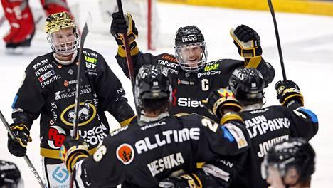 Kärppien kultakypärä Cody Kunyk (vas.), Shaun Heshka, Mika Pyörälä ja Jussi Jokinen juhlivat Jokisen 2–0-maalia.