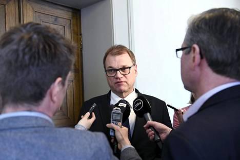 Juha Sipilän niska höyrysi perjantaina 17. toukokuuta, kun keskustajohtaja valitteli hallitusneuvottelujen tuskaisan hidasta etenemistä.