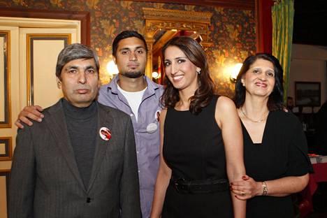 Nasima Razmyarin perhe osallistui Razmyarin eduskuntavaalikampanjan avajaisjuhlaan vuonna 2011. Vasemmalta Daoud (isä), Nomyal (veli), Nasima ja Kamela Razmyar (äiti).