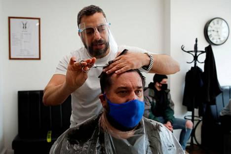 Myös parturiin pääsi Hertfordin kaupungissa maanantaina monen kuukauden tauon jälkeen.