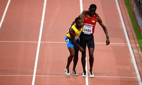 Upea ele. Guinea-Bissaun Braima Suncar Dabo lähes kantoi Aruban Jonathan Busbyn maaliin.