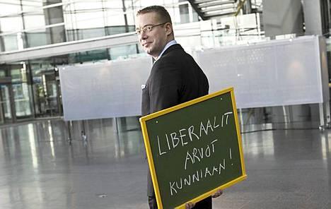 Stefan Wallin kirjoitti vaalilupauksensa tauluun viime viikolla Sanomatalossa.