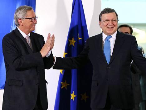 José Manuel Barroso (oik.) luovutti komission johtopaikan Jean-Claude Junckerille vuoden 2014 lopulla