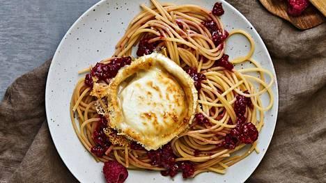 Tyylikäs ja herkullinen kesäpasta valmistuu siinä ajassa, kuin pasta kiehuu kypsäksi.