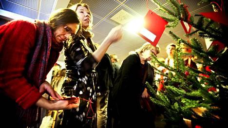 Tuntemattomille voi lahjoittaa monella tapaa: tekemällä rahalahjoituksen, sujauttamalla käteistä keräyspataan tai ostamalla lapsen tai nuoren toiveen mukaisen lahjan. Hakunilan kirkossa kerättiin lahjoituksia joulupuuhun vuonna 2012.