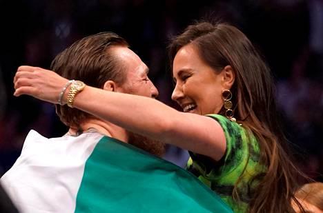 Conor McGregor iloitsi voitokkaan Donald Cerronea vastaan käydyn kamppailun jälkeen tammikuussa 2020, kaulailemalla kumppaninsa Dee Devlinin kanssa.