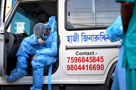 Intiassa on raportoitu jo pitkään yli 300 000 koronatartuntaa päivässä. Se on koetellut maan terveydenhoitojärjestelmää ja ajanut maan terveydenhoitohenkilöstön uupumisen partaalle.