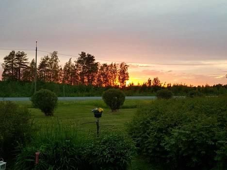 Taivaalla nähtiin aattona monia eri oranssin ja punaisen sävyjä.