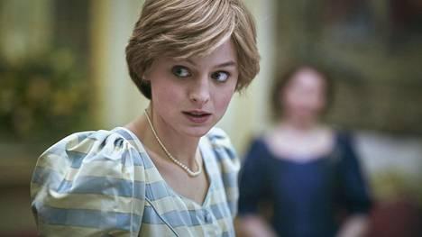 Emma Corrin muuntautuu The Crownissa prinsessa Dianaksi. Kasarille sijoittuvista juonenkäänteistä kertovat myös muhkeat puhvihihat.
