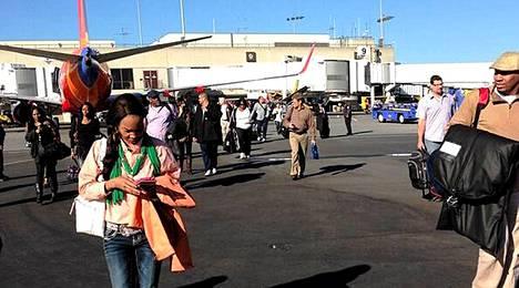 Los Angelesin lentoterminaalin matkustajat ohjattiin turvaan kiitoradalle.