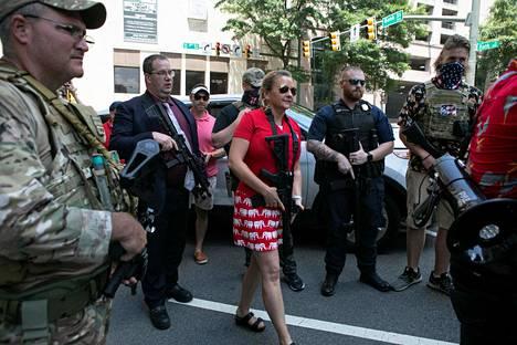 Virginian kuvernöörinpaikkaa tavoitteleva republikaanipoliitikko Amanda Chase (kesk.) esiintyi vapaata aseenkanto-oikeutta puolustavassa tilaisuudessa viime kesänä.
