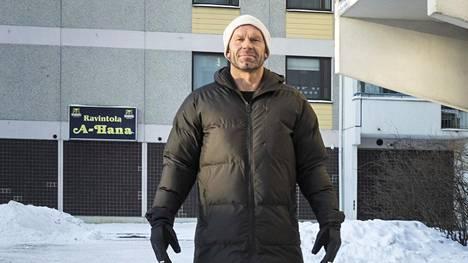 Jere Karalahti lapsuutensa maisemissa Helsingissä Tapulikaupungissa.