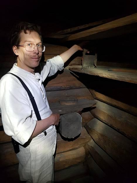 Konservointiharjoittelija Jaakko Kuusela löysi Seurasaaren Pertinotsan talon nurkasta ikiaikaisen marjanpoimintakoneen.