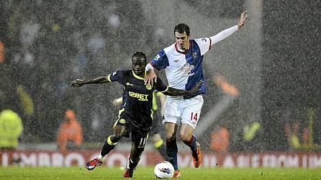 Blackburnin Radosav Petrovic (oik) ja Wiganin Victor Moses kamppailevat pallosta.
