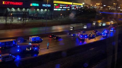 Onnettomuus tapahtui kauppakeskus Jumbon kohdalla Kehä III:lla.