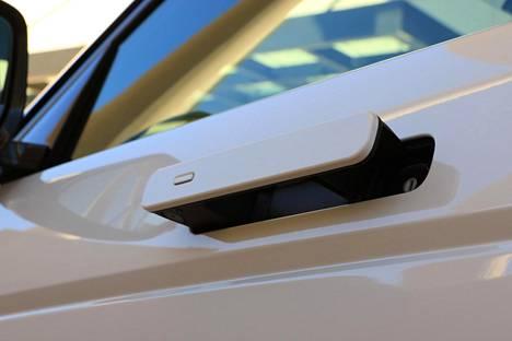 Kahvat ponnahtavat ulos kun auton ovien lukitus avataan ja imeytyvät sisään kun auto lukitsee ovensa.