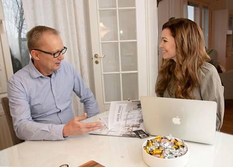 Saija Palin keskustelee kaupantekoon liittyvistä asioista omakotitalonsa myyntiin laittaneen Seppo Myllyn kanssa.