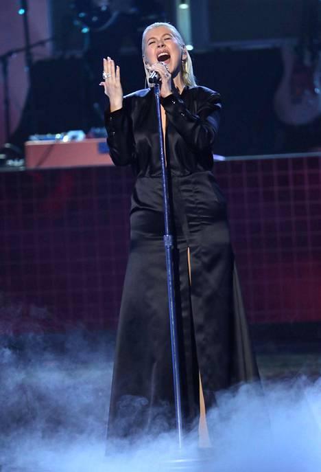 Aguilera keräsi sosiaalisessa mediassa ylistystä paitsi tyylimuutoksestaan, myös esityksestään.