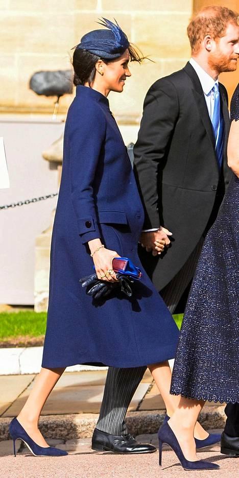 Raskaushuhut alkoivat velloa villeinä, kun Meghan kuvattiin väljässä takissa prinsessa Eugenien häissä. Pari päivää myöhemmin Harry ja Meghan tiedottivatkin odottavansa esikoistaan.