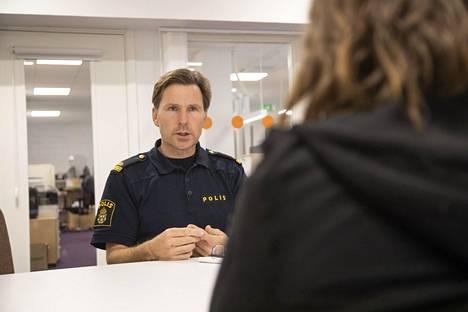 Yhteisöpoliisi Jonas Junered on ainoa poliisi, joka on jatkuvasti paikalla Märstassa.