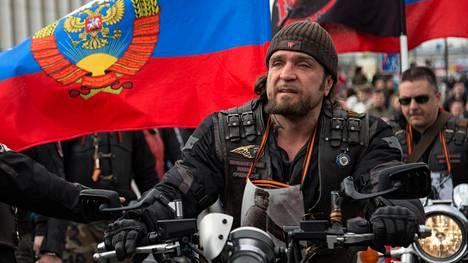Kirurgi-nimeä käyttävä Yön susien johtaja Aleksandr Zaldostanov vaatiin Suomen poliisilta todisteita väitteille, joiden mukaan moottoripyöräkerholla olisi yhteyksiä järjestäytyneeseen rikollisuuteen.