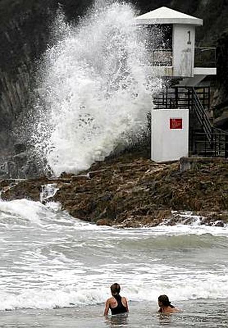 Hongkongin Big Wave Bayssä uimarit ihmettelivät Megin välittämiä aaltoja.