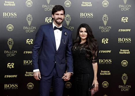 Liverpoolin tähtimaalivahti Alisson Becker ja vaimo Natalia Loewe.