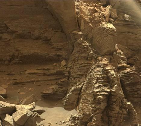 Curiosity-mönkijän ottamissa kuvissa näkyy selvästi Marsin liuskeisten hiekkakivivuorten rakenne.