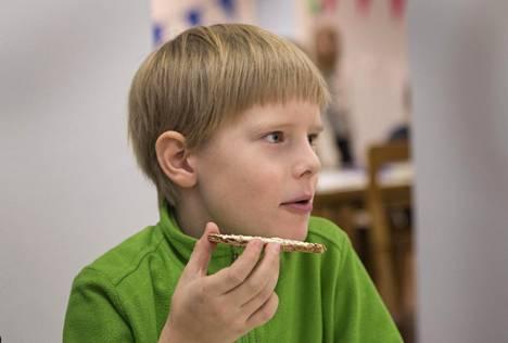 9-vuotiaalle Otolle maistuu erityisesti kalapuikot ja ohrapuuro.