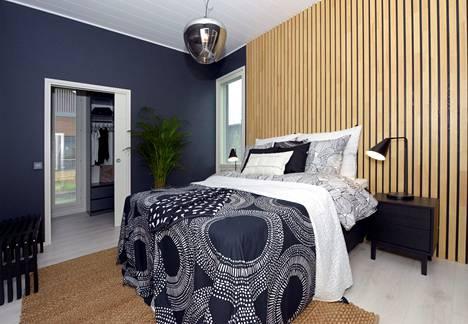 Puupaneelista syntyy näyttävä huomioseinä kuten tässä Villa Iltan makuuhuoneessa.