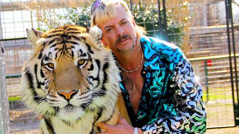 Tiger King -dokumenttisarjan päätähti on oklahomalainen takatukkainen asefanaatikko Joe Exotic, joka istuu nyt vankilassa murhan yrityksestä.