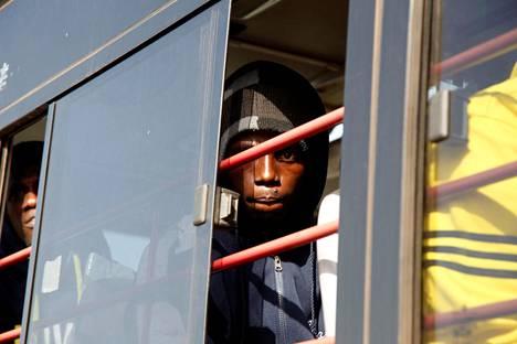 Gambiaan Libyasta vapaaehtoisesti palanneet siirtolaiset odottivat kyydin lähtöä Banjulissa viime viikolla.