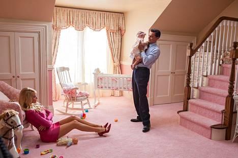 Kohtauksessa Margot Robbie on pukeutunut pinkkiin minimekkoon.