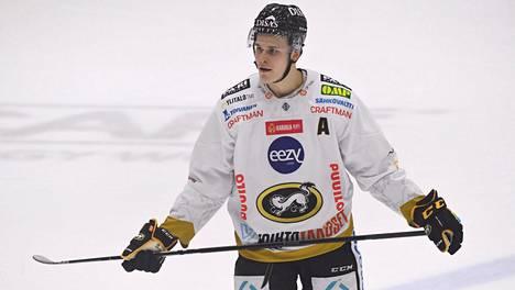 Jesse Puljujärvi käytti kyseenalaisia otteita ottelussa HIFK:ta vastaan. Arkistokuva.