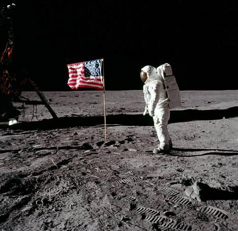 """Astronauttti Edwin """"Buzz"""" Aldrin poseerasi Yhdysvaltojen lipun vierellä 47 vuotta sitten."""