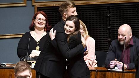Sanna Marin otti onnitteluja vastaan Eduskunnassa 10. joulukuuta 2019.