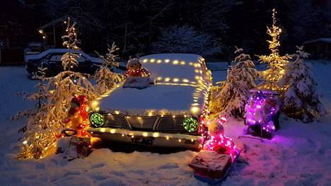 Yksityiskohtaisesti koristellussa autossa on 1800 jouluvaloa, yhteensä neljässä jouluvaloketjussa.