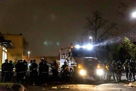 Mellakkavarusteisiin pukeutuneet poliisit suojasivat Brooklyn Centerin poliisiasemaa.