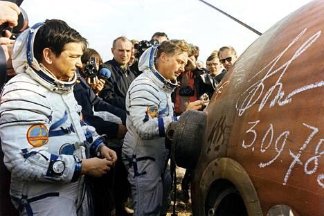 Valeri Bykovski (vas.) ja Sigmund Jähn laskeutuivat lennoltaan 3. syyskuuta 1978.