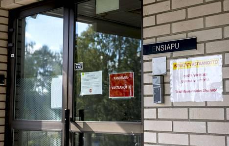 Pandemia-vastaanoton ovi Kuhmon terveysasemalla.