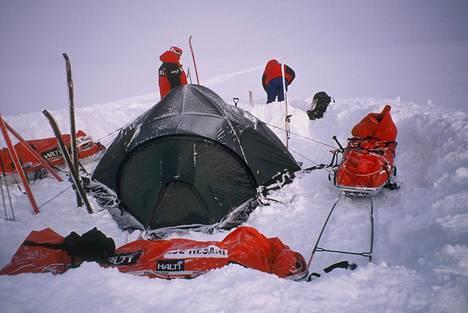 Kaksi päivää ennen onnettomuutta retkikunta sai telttansa näin tukevasti pystyyn.