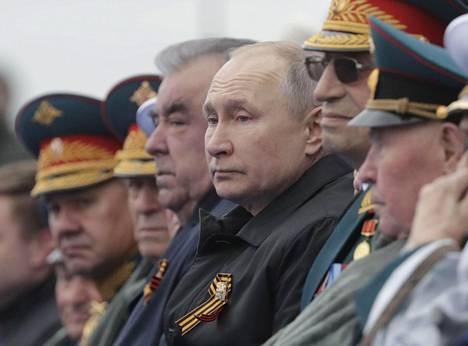 Vladimir Putinin vierellä Punaisen torin katsomossa oli Tadzhikistanin presidentti Emomali Rahmon ja korkea-arvoisia sotilaita.