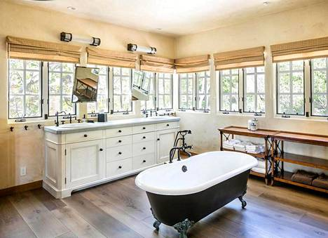 Yhdestä talon kylpyhuoneista kelpaa ihailla vehreitä maisemia.