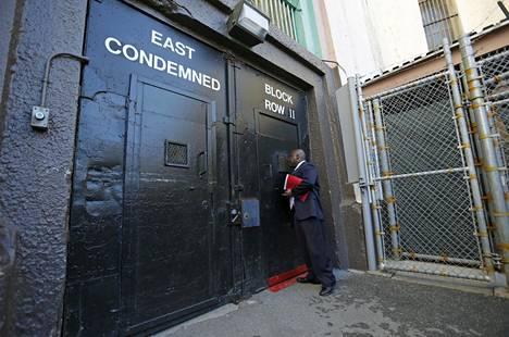 Sam Robinson San Quentinin vankilan itäisen osaston ovella.